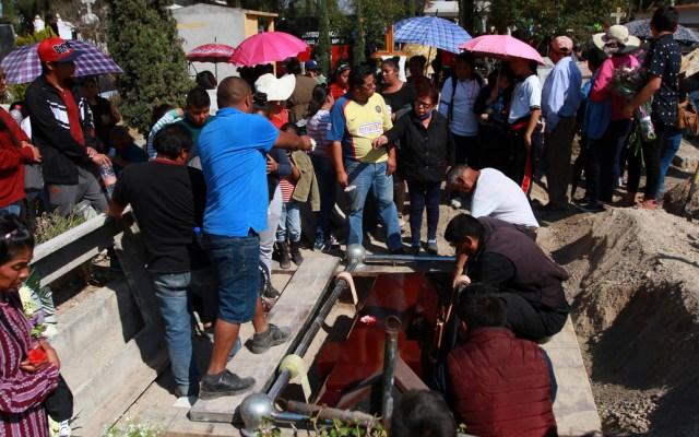 Cifra de muertos por Tlahuelilpan asciende a 115 - Entierro de víctima de Tlahuelilpan. Foto de Notimex