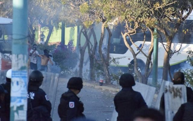 Normalistas enfrentan a policías en Tuxtla Gutierrez, Chiapas - Chiapas