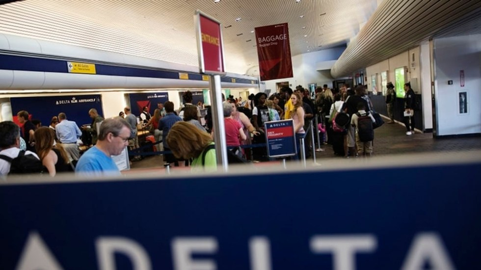 Cancelan vuelos en EE.UU. por falta de controladores aéreos - Foto de Bloomberg