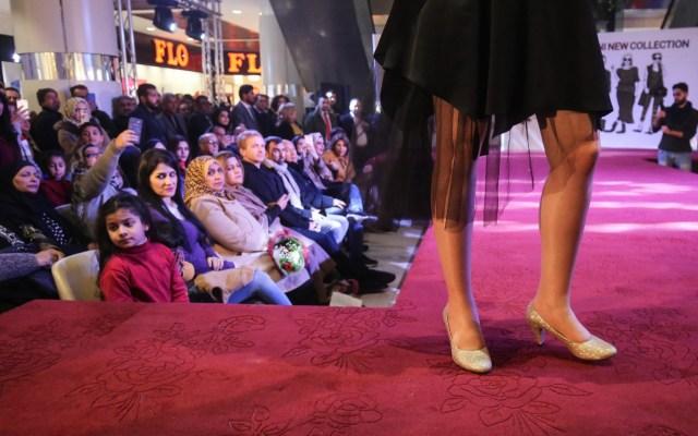Desfile de modas en Irak. - Por primera vez, un grupo de diseñadores de Irán exhiben sus propuestas en un centro comercial de Bagdad, Irak. Foto de AFP.