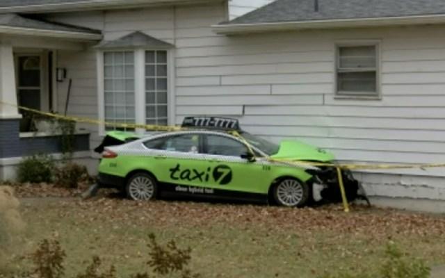 #Video Golpean a taxista en la cabeza y se estrella contra casa - Foto de NBC