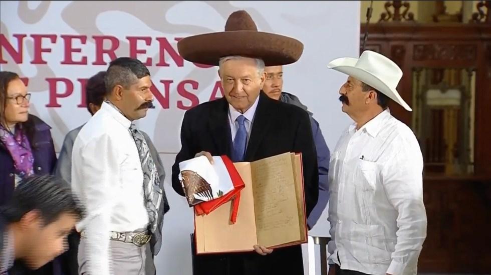 Emiliano Zapata será homenajeado durante el 2019 - AMLO con familiares de Emiliano Zapata. Captura de pantalla