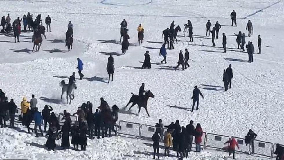 #Video Caballos de carrera casi aplastan a aficionados - Aficionados corriendo de los caballos. Captura de pantalla