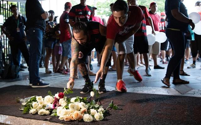 Aficionados del Flamengo rinden tributo a las víctimas del incendio - Foto de AFP