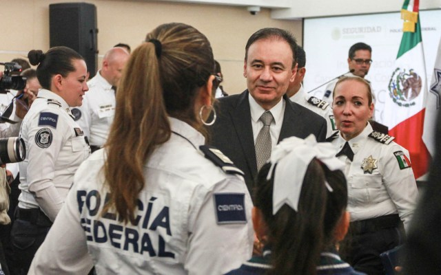 Criminalidad se redujo dos tercios en zonas especiales: Durazo - Alfonso Durazo, secretario de Seguridad y Protección Ciudadana, saluda a elementos de la Policía Federal, durante el inicio de la campaña