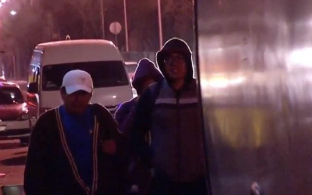 Sujetos asaltan camión en Edomex y retienen a los pasajeros - Captura de pantalla/Noticieros Televisa