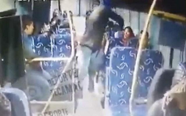 #Video Golpean a pasajera durante asalto en transporte público en el Edomex - Captura de Pantalla