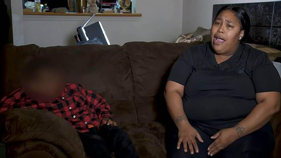 Ashley Batiste con su hijo, quien fue golpeado por una madre de familia. Foto de WWL-TV