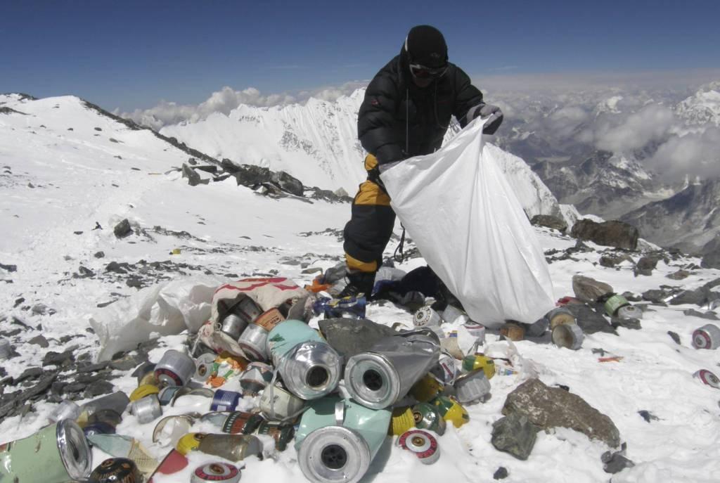 China cierra sus accesos al Monte Everest por acumulación de basura - Un hombre recogiendo basura del Everest en 2010. NAMGYAL SHERPA/AFP/GETTY IMAGES