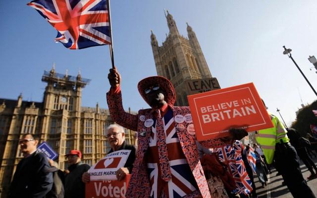 Parlamento británico aprueba plan para Brexit de tres etapas - Activistas a favor del Brexit marchan frente a las Casas del Parlamento en el centro de Londres el 27 de febrero de 2019. Foto de Tolga Akmen/AFP