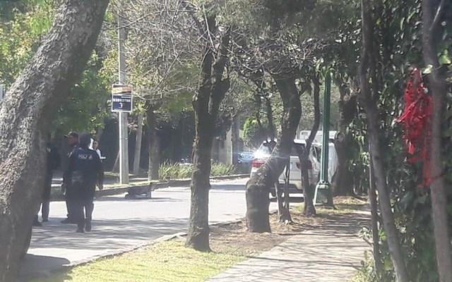 Hombre muere al interior de BMW en Lomas de Chapultepec - Camioneta cuyo conductor yace muerto en Lomas de Chapultepec. Foto de @firenewsmx1