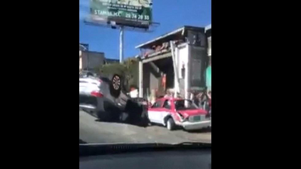 #Video Taxista provoca volcadura de camioneta en la México-Toluca - Camioneta volcada por taxista. Captura de pantalla
