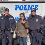 Policías de Nueva York devuelven anillo de compromiso a joven en Día del Amor - Carolina con su anillo de compromiso recuperado. Foto de @NYPD34Pct