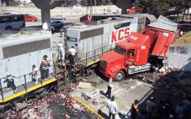 Tren se impacta contra camión de refrescos en Toluca - Foto de Quadratín