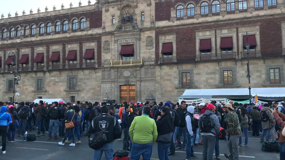 CNTE desaira diálogo con AMLO por 'condicionamientos' - Integrantes de la CNTE protestan en Palacio Nacional