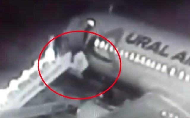 #Video Caen pasajeros de avión tras colapsar las escaleras móviles - Captura de Pantalla