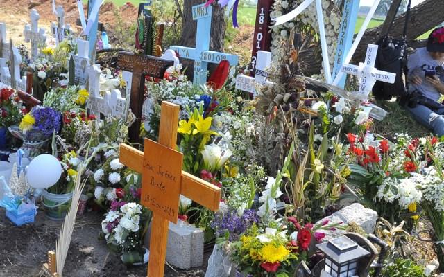 Muere menor trasladado a Texas por explosión de Tlahuelilpan - Cruces de víctimas de Tlahuelilpan. Foto de Notimex