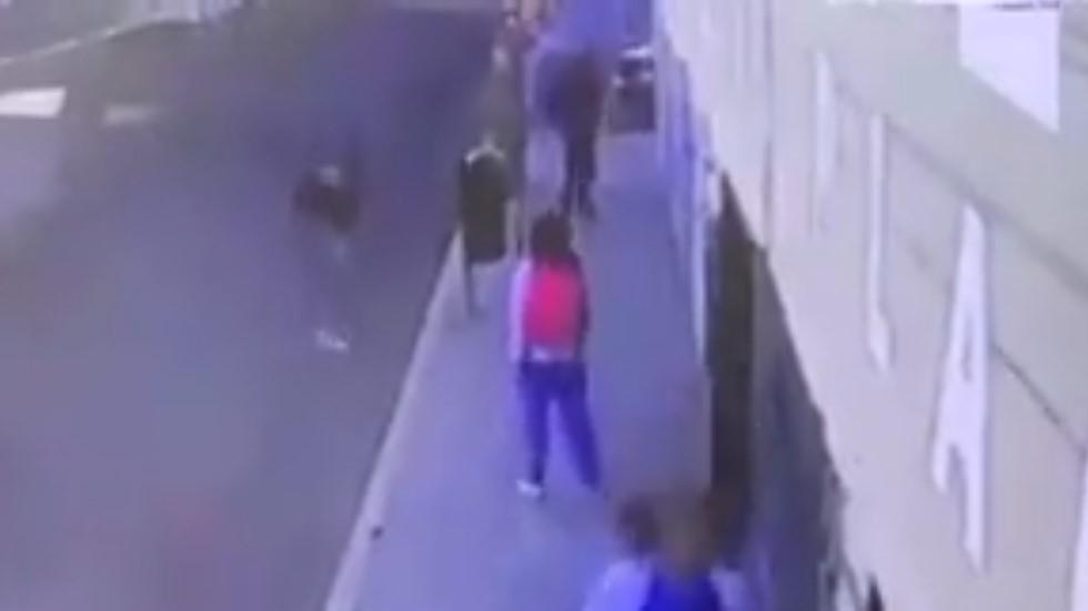 #Video Estudiante electrocuta a ladrón en Puebla - Estudiante amenazando a asaltantes. Captura de pantalla