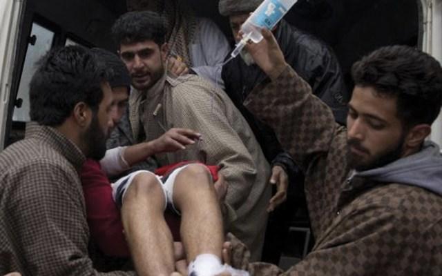 Al menso 25 estudiantes heridos por explosión en Cachemira - Foto de AP