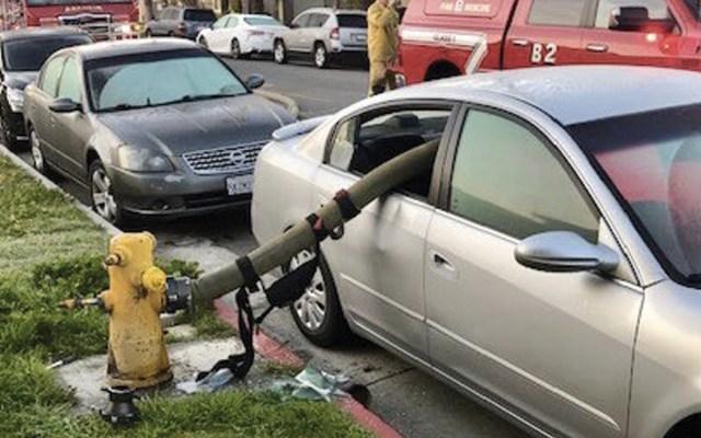 Bomberos muestran por qué no se debe estacionar cerca de un hidrante - Foto de Anaheim Fire & Rescue