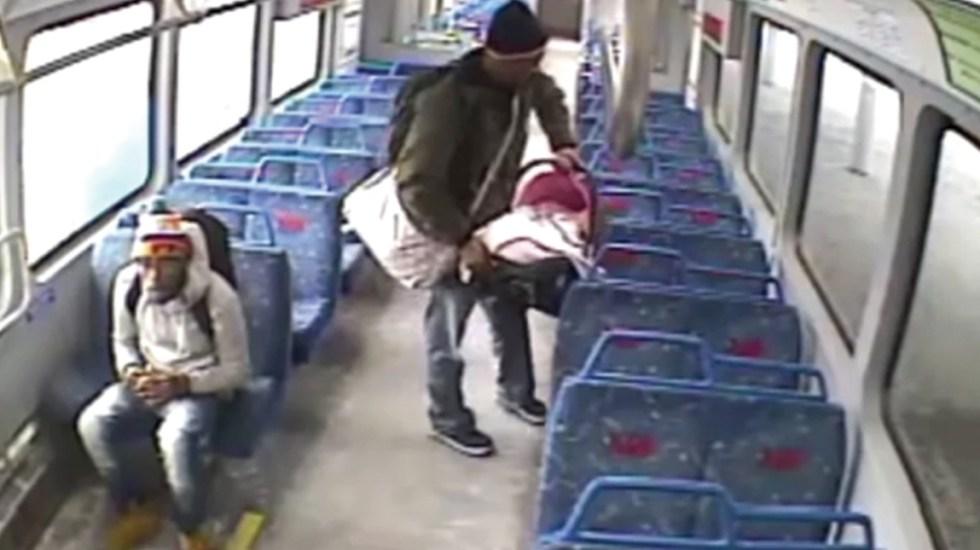#Video Padre trata de recuperar a bebé tras dejarlo solo en tren para ir a fumar