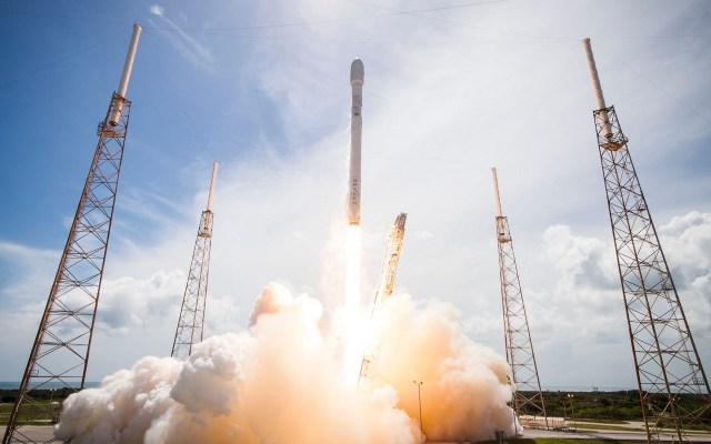 SpaceX lanzará nave a Estación Espacial tripulada por maniquí - Lanzamiento de un cohete Falcon 9 en julio de 2014. Foto de @spacex (Flickr)