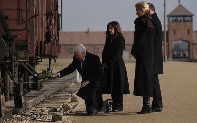 El vicepresidente de Estados Unidos, Mike Pence, visita, por primera vez, Auschwitz - Foto de Getty
