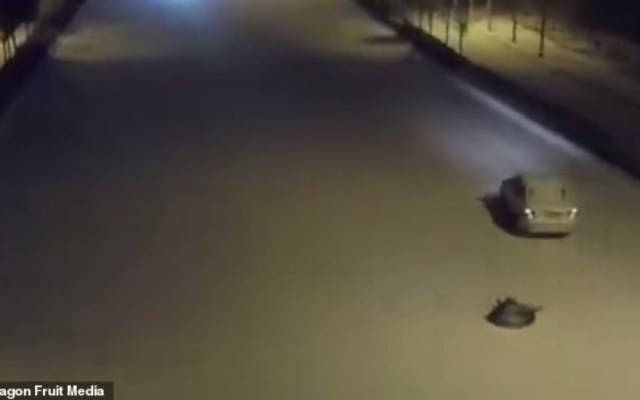 #Video Arrastra con auto a su hijo en carretera nevada de China - Foto de Dragon Full Media