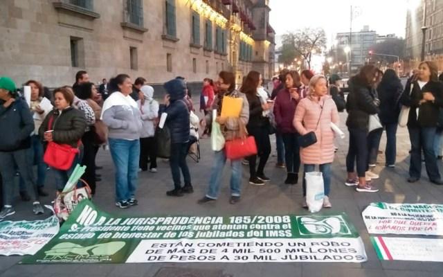 Pensionados del IMSS se manifiestan en Palacio Nacional - Foto de Milenio