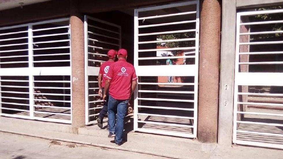 Al menos cinco alumnos dieron positivo a cocaína tras intoxicación en secundaria - Personal de Protección Civil ingresando a la secundaria. Foto de El Sol de Acapulco