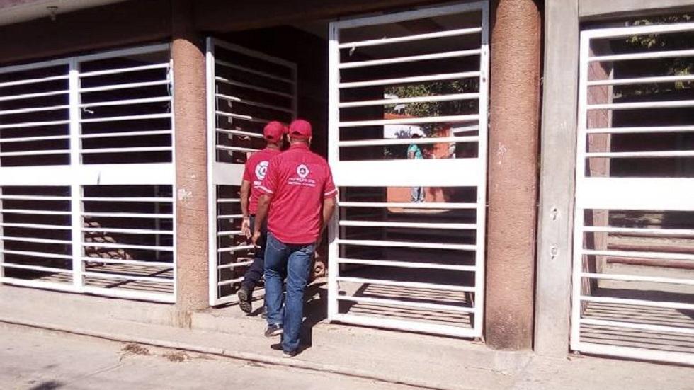 Personal de Protección Civil ingresando a la secundaria. Foto de El Sol de Acapulco