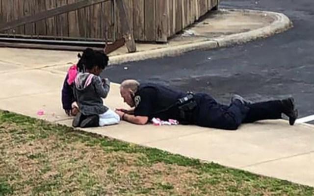 #Video Policía juega a las muñecas con niñas evacuadas por fuga de gas - policía juega con niñas a las muñecas