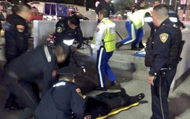 Balean a dos policías afuera del Metro La Raza - Foto de @alertasurbanas