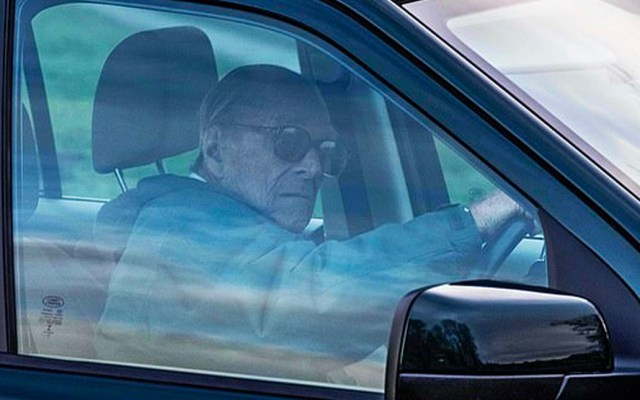 Príncipe Felipe entrega voluntariamente licencia de conducir tras accidente - Foto de Albanpix