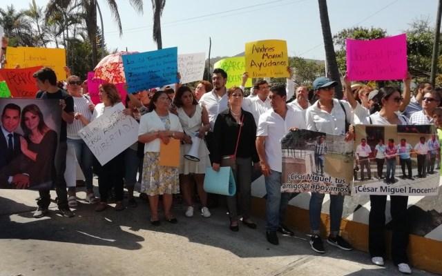 Protestas empañan llegada de AMLO a Iguala - Protesta en favor de los Abarca. Foto de @lezam_saavedra