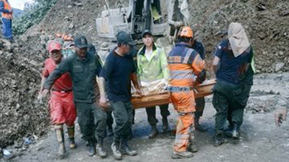 Recuperación de cadáver en Caranavi. Foto de @Pol_Boliviana