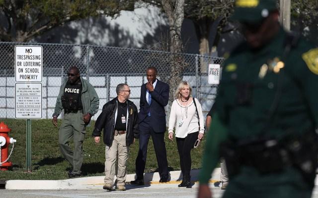 No descansaré hasta que las escuelas sean seguras: Donald Trump - El Superintendente de Broward, Robert Runcie (Centro), camina para hablar con los medios de comunicación afuera del Marjory Stoneman Douglas High School el 14 de febrero de 2019 en Parkland, Florida. Foto de Joe Raedle/Getty Images North America/AFP
