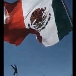 #Video Soldado se enreda en bandera y cae de siete metros de altura
