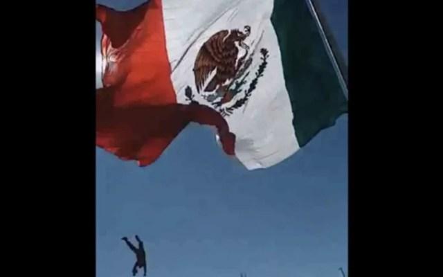 #Video Soldado se enreda en bandera y cae de siete metros de altura - Foto de @JLSaenzNoticias