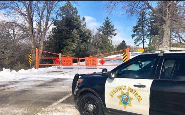 Nevadas cierran carreteras de montaña en San Diego - SR-79 cerrada por nieve. Foto de @CHP_El_Cajon