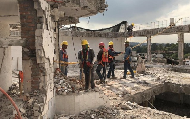 Detectan irregularidades en proyecto de redensificación de la CDMX - Trabajadores en obras colapsadas por el sismo. Foto de @ReconstruccionCDMX
