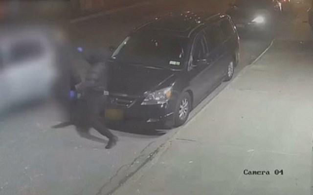 #Video Asesinan a hombre al subir a un Uber en Queens - Un desconocido asesinó por la espalda a Xin Gu en Queens. Captura de pantalla