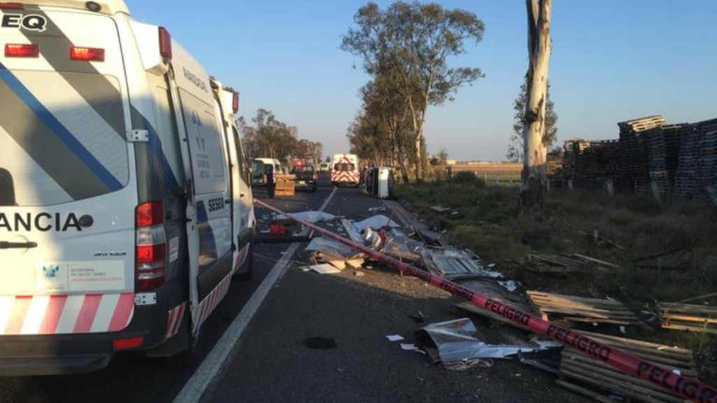 Volcadura de camioneta en carretera Toluca-Palmillas deja dos muertos - volcadura en carretera toluca-palmillas deja dos muertos