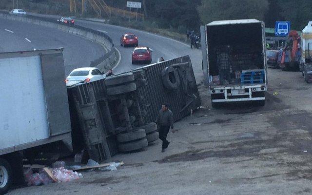 Vuelca tráiler en la carretera México-Toluca - volcadura tráiler carretera méxico-toluca
