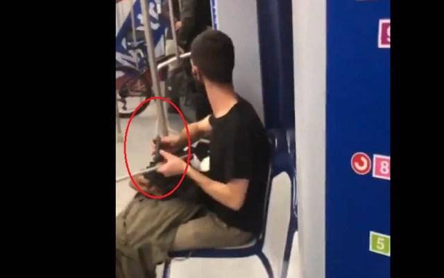 #Video Pasajero afila cuchillo en vagón del Metro - Pasajero con cuchillo en mano en el Metro. Captura de pantalla