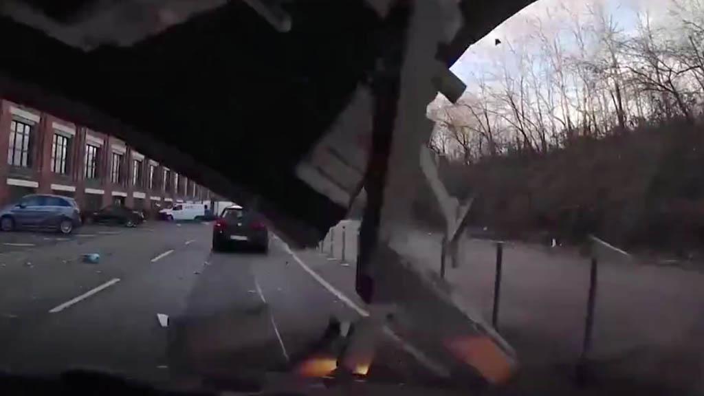 #Video Cae techo de edificio encima de automóvil en Alemania - automóvil