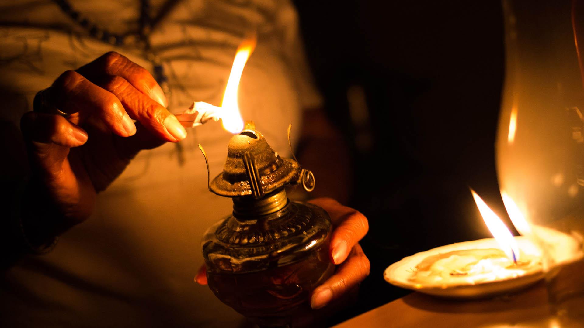 Cientos de venezolanos pasan las noches con velas encendidas ante el apagón masivo que los afecta desde hace tres días. Foto de AFP / Cristian Hernández