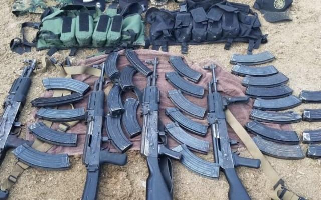 Aseguran un auto, cuatro rifles y cientos de cartuchos en Jalisco - armas aseguramiento Jalisco