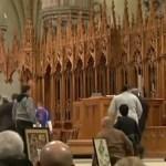 #Video Atacan a sacerdote en plena misa en Canadá