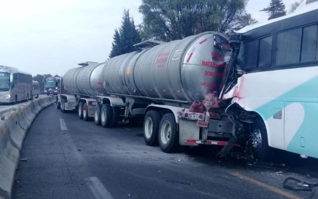 Choque de autobús y pipa en la México-Puebla deja al menos 25 lesionados - Pipa autobús